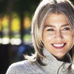 9 astuces approuvées par des coloristes pour grisonner en beauté