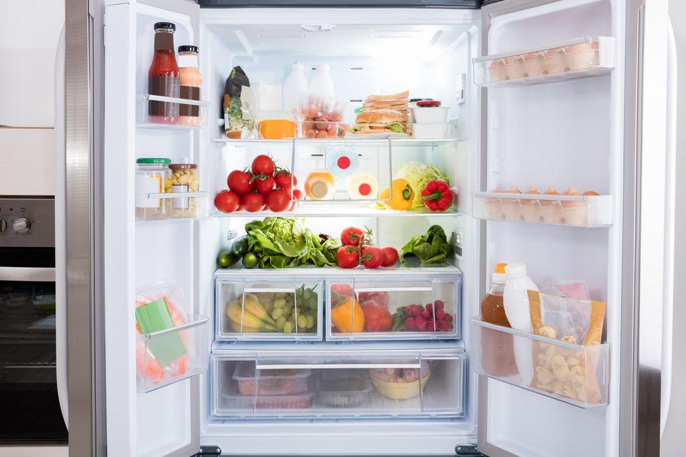 Dans la cuisine, on place la viande dans le bas du frigo