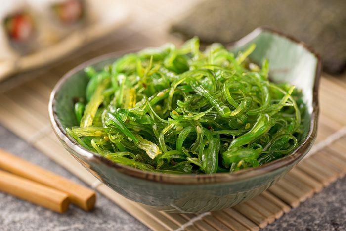 Les légumes de la mer comme le nori, l'algue qui enveloppe les sushis, sont une excellente source de vitamineB12, essentielle à la santé cérébrale.
