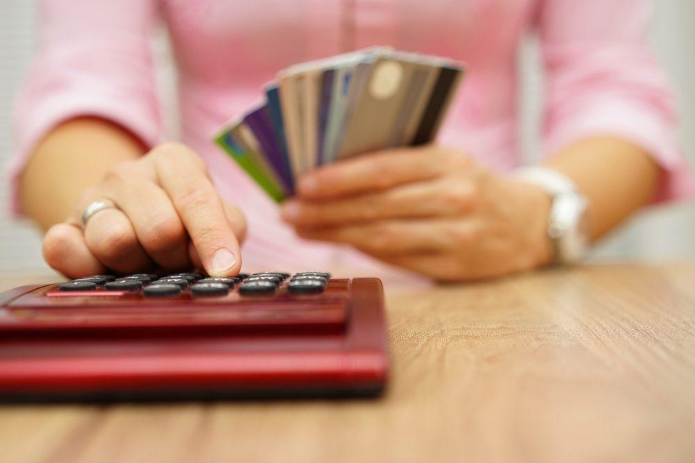 Voulez-vous que les frais annuels de carte de crédit soient supprimés? Il suffit de composer le numéro à l'arrière de votre carte et indiquer au représentant que vous ne souhaitez plus payer ces frais et que vous souhaitez passer à une carte de crédit différente.