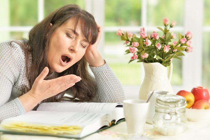 Le manque de sommeil fait manger davantage.