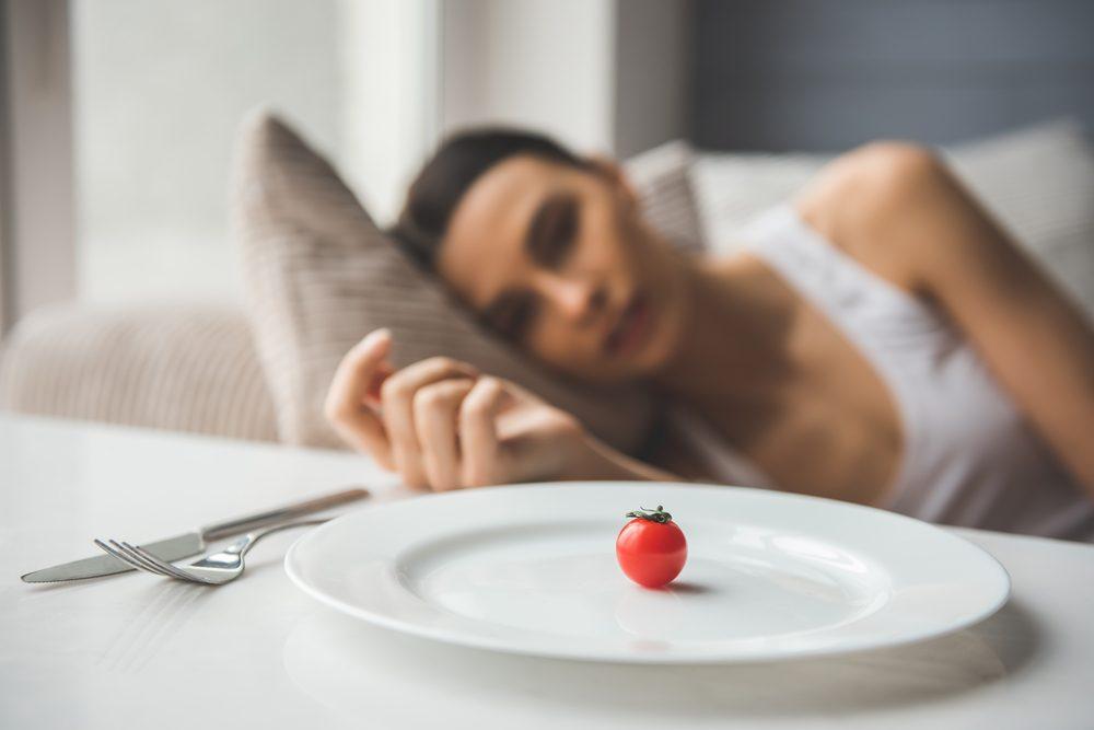Trop peu manger peut ralentir le métabolisme, ce qui n' aide pas à perdre du poids.