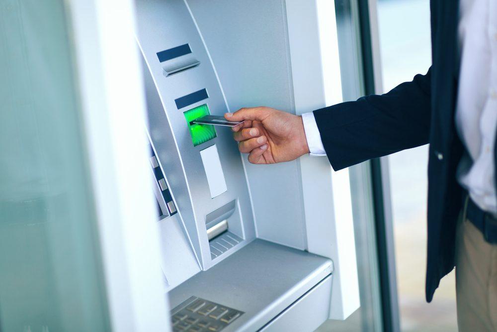 Si vous devez beaucoup d'argent sur vos cartes de crédit à taux d'intérêt élevé, effectuez un paiement toutes les deux semaines au lieu d'une fois par mois, même si vous payez simplement le montant minimum dû. Cela réduira l'intérêt qui s'accumule.