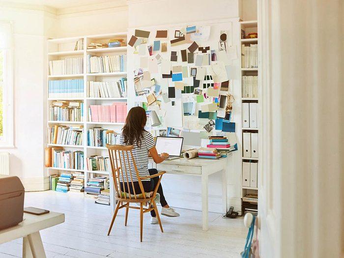 Pour du télétravail efficace, délimitez un espace dédié au travail.