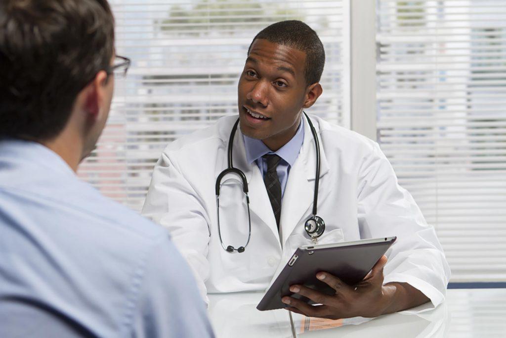 On peut discuter des facteurs de risque d'anévrisme avec un médecin.