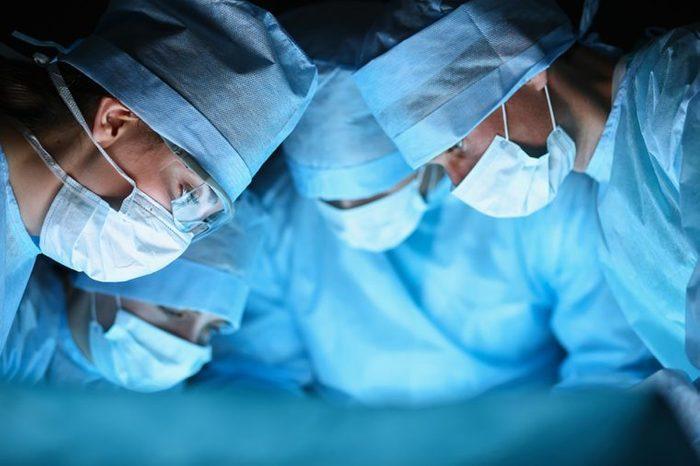 Un anévrisme peut nécessiter un traitement chirurgical.