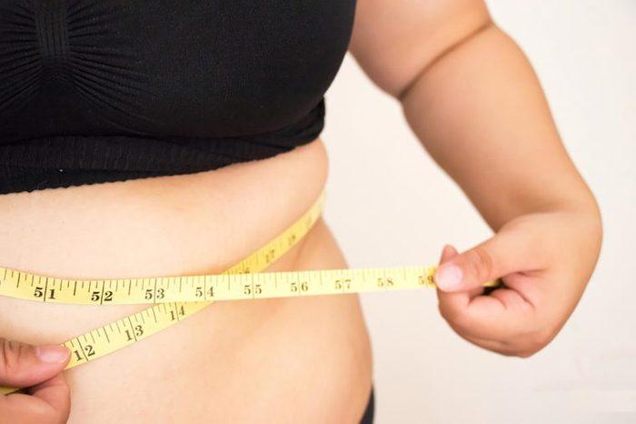 Même s'il y a plus de femmes touchées, l'obésité a moins de conséquences sur leur santé et elles courent moins le risque d'en mourir précocement contrairement aux hommes.
