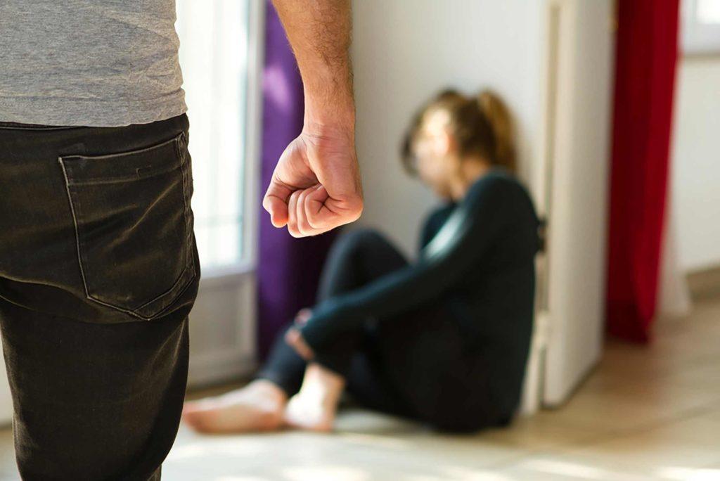 Des signes de violence peuvent être présents dès le début d'une relation.