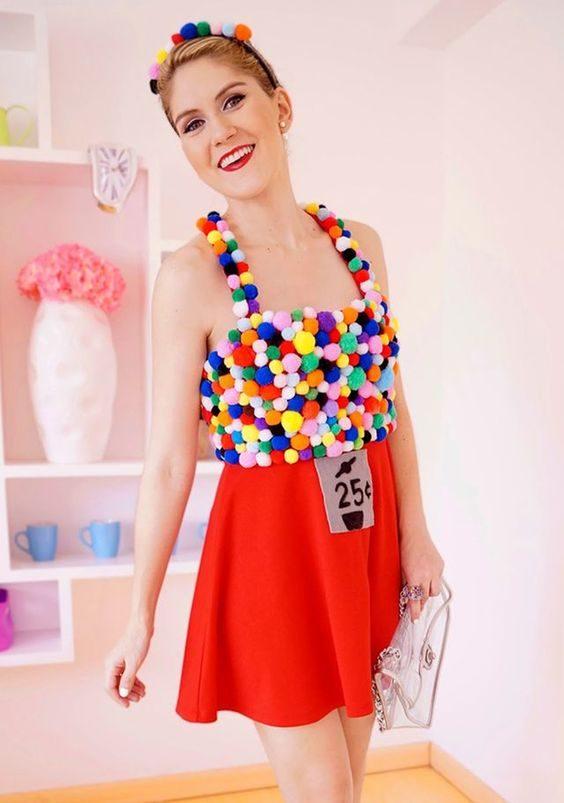 Pour que l'illusion du costume rejoigne la réalité, apportez avec vous un contenant rempli de vraies boules de gomme.