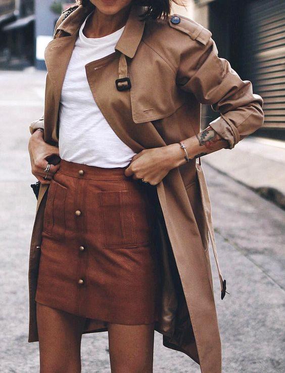 La jupe en cuir est très à la mode cet automne.