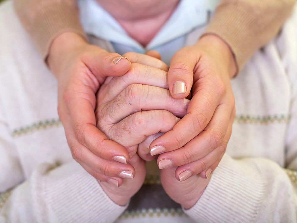 La maladie d'Alzheimer peut provoquer une perte de l'odorat.