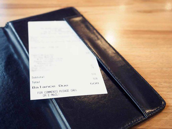 Vérifiez votre facture avant de laisser un pourboire.