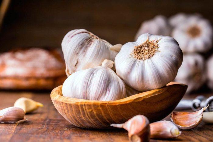 Remède naturel contre le mal de gorge : l'ail.
