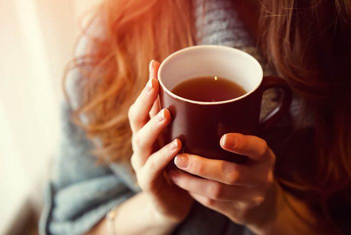 Remède naturel contre le mal de gorge : les boissons chaudes.