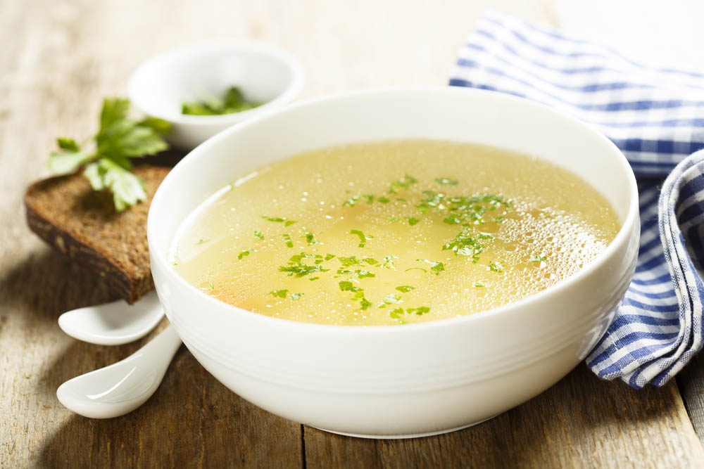 Remède naturel contre le mal de gorge : le bouillon de poulet.