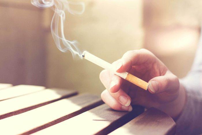 Remède naturel contre le mal de gorge : cesser de fumer.
