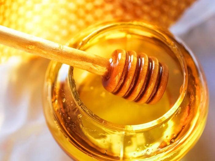Remède naturel contre le mal de gorge : le miel.