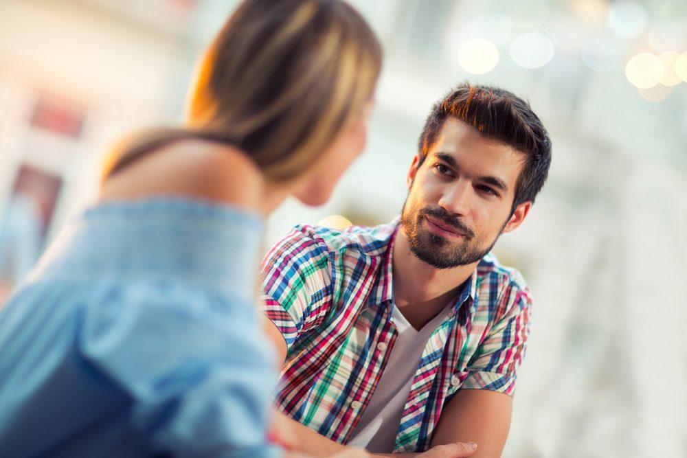 La façon dont un homme traite le personnel de service en dit beaucoup sur lui.