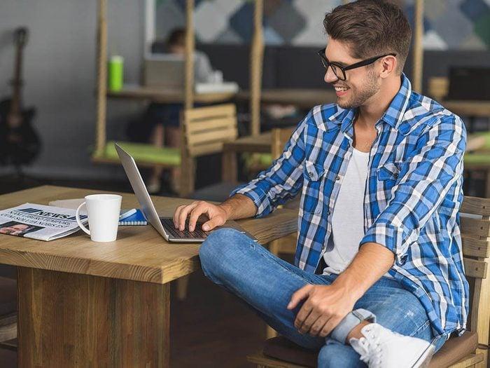 Spasme musculaire : vous passez peut-être trop de temps devant l'ordinateur.