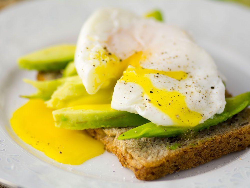 Prenez un déjeuner protéiné et non sucré après avoir mangé trop de sucre.