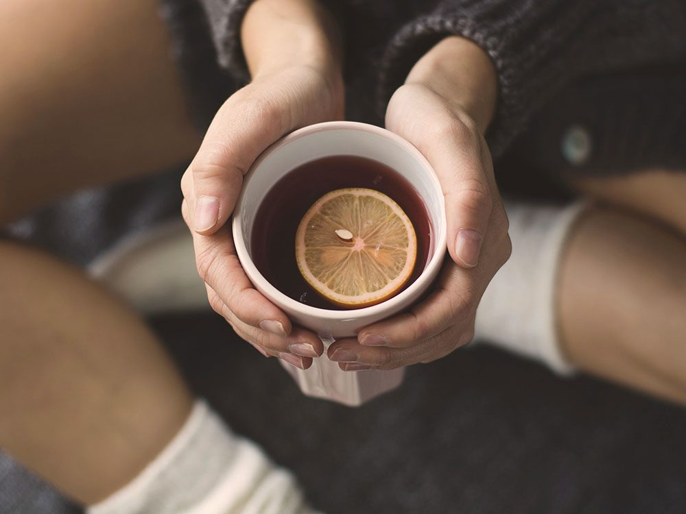 Buvez du thé au citron après votre excès de sucre.