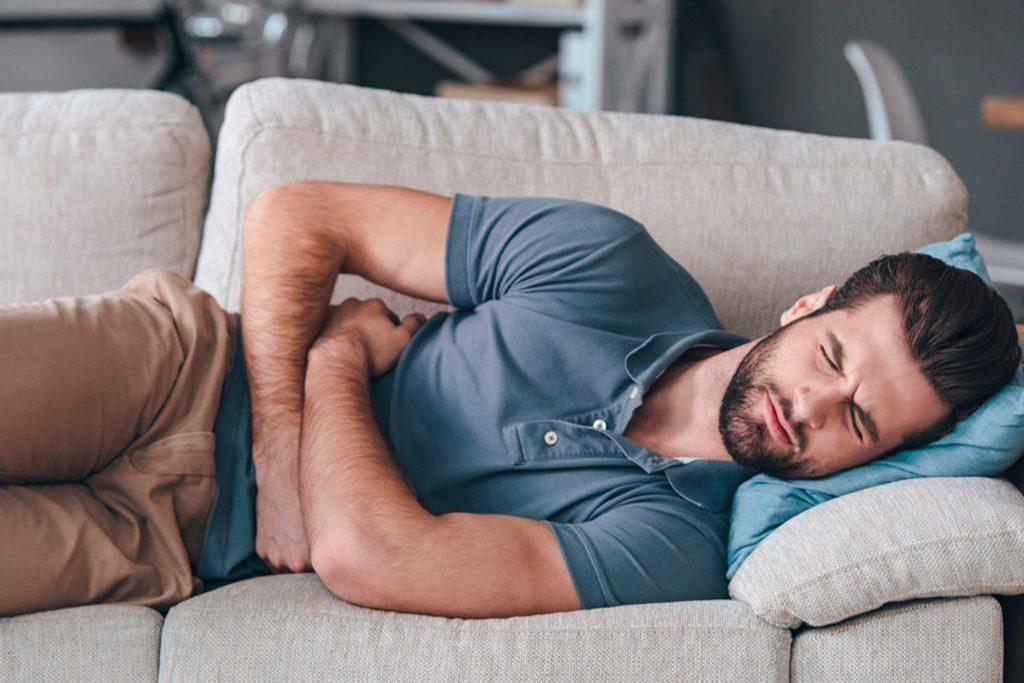 Des maux de ventre peuvent s'expliquer par une trop grande consommation de café.