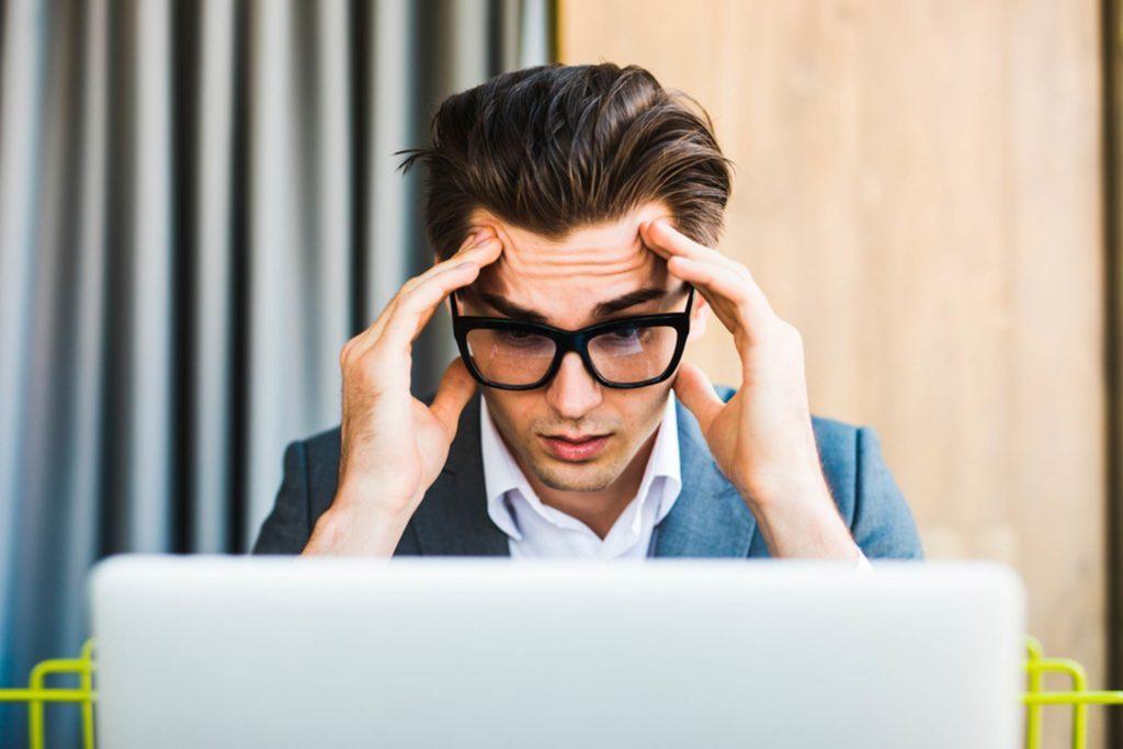 Boire trop de café peut déclencher des maux de tête.