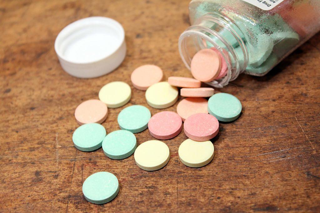 Les comprimés neutralisent les acides pour aider à guérir l'aphte.