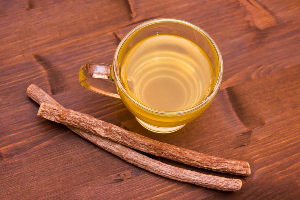 Le thé à la réglisse est un excellent remède maison pour traiter et éliminer les aphtes.