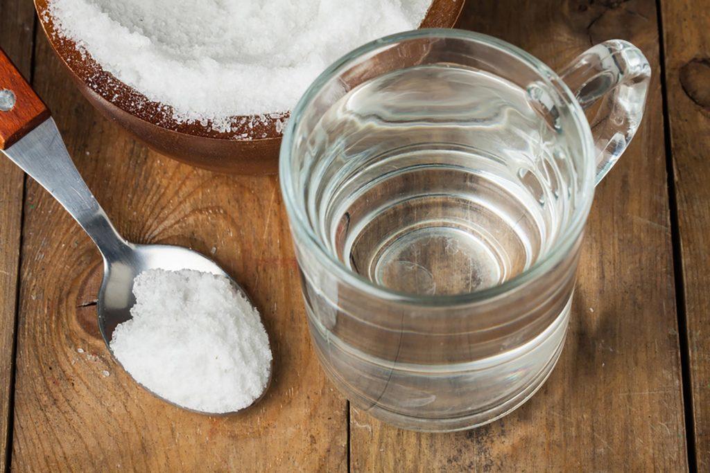 Rincez-vous la bouche avec de l'eau salée pendant 30 secondes pour aider votre aphte à guérir