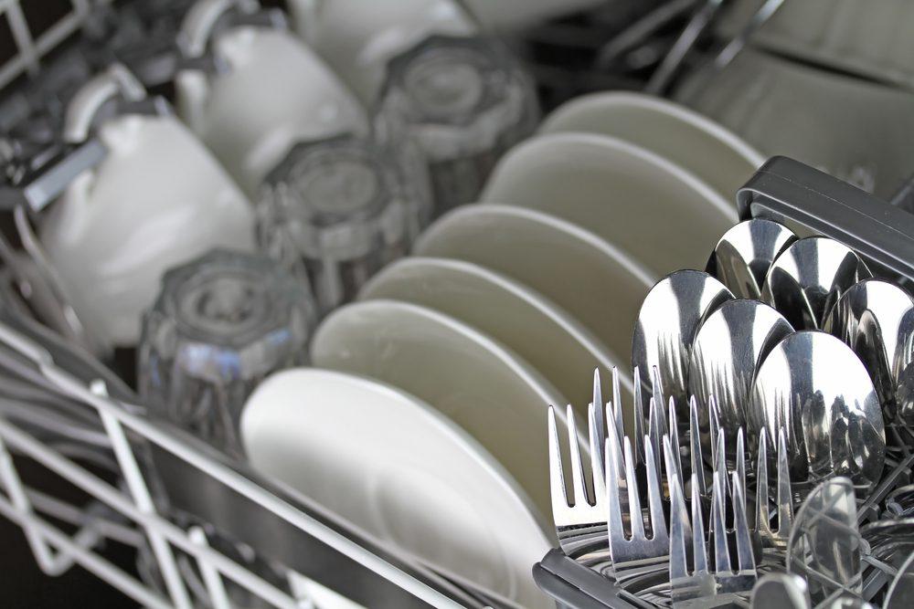 Ajoutez-en dans le détergent de la machine à laver la vaisselle