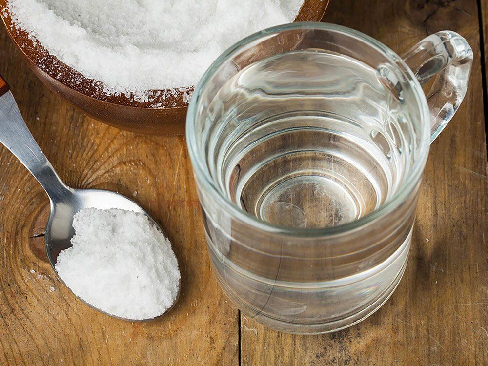 Utilisez de l'eau salée contre vos aphtes.