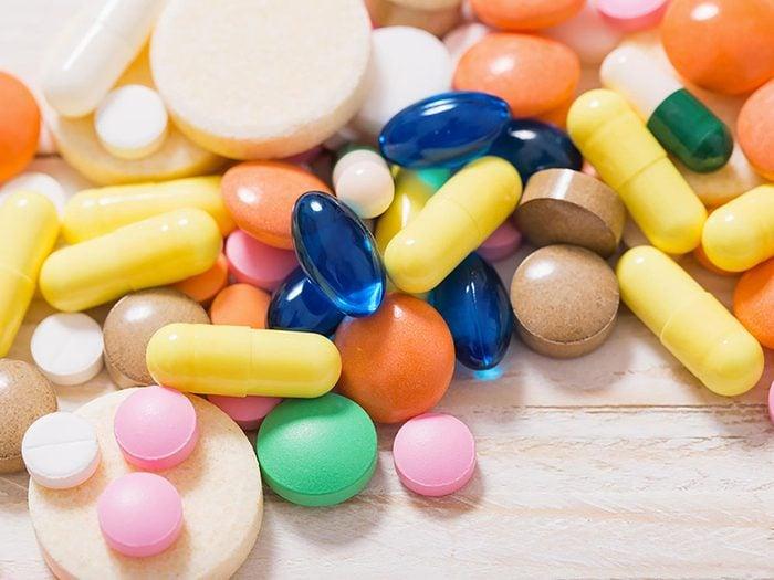 Utilisez des vitamines pour corriger une carence associée aux aphtes.