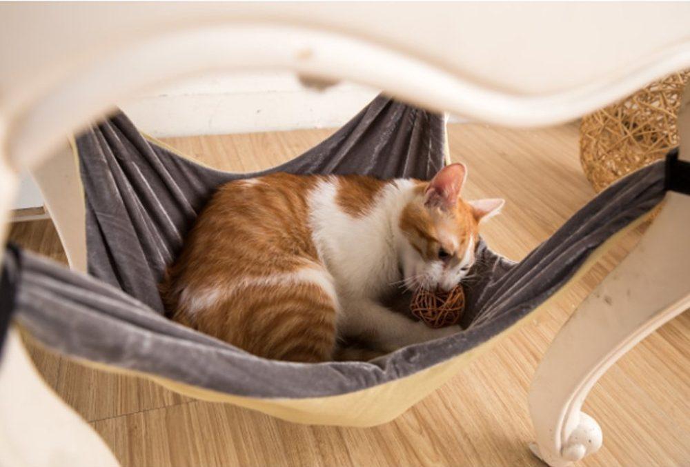 Si votre chat est légèrement paresseux, il aimera se prélasser dans son nouveau hamac qui s'accroche aux pattes d'une chaise.