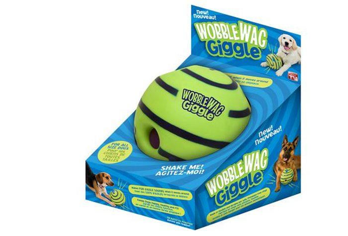 Cette balle pour chiens émet des sons rigolos.