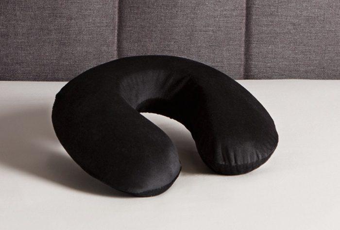 Cet oreiller cervical en mousse viscoélastique épouse les formes de votre corps.
