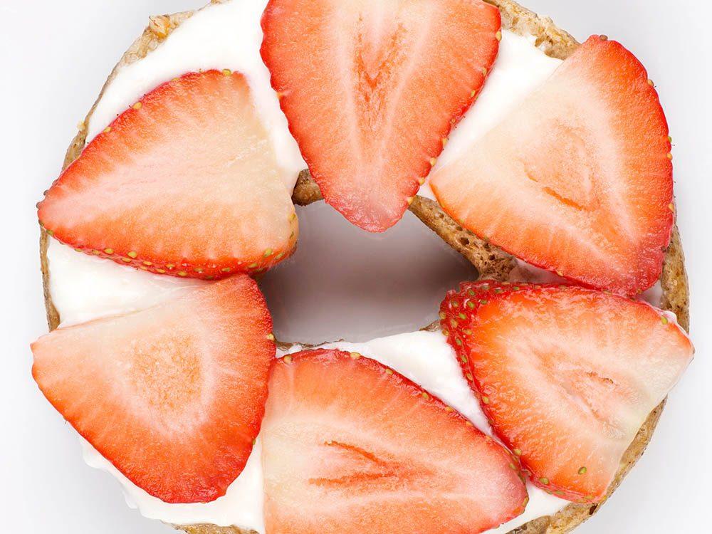Un bagel au fromage et à aux fraises est une idée de déjeuners santé pour contrôler vos fringales.