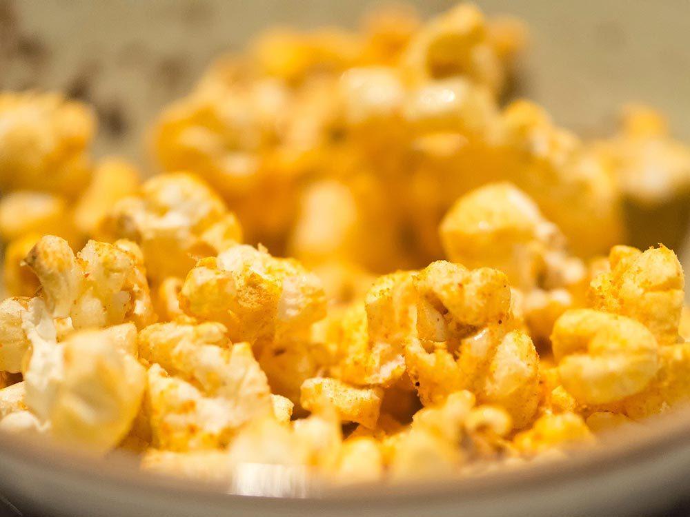 Collations santé: préparez du maïs soufflé.
