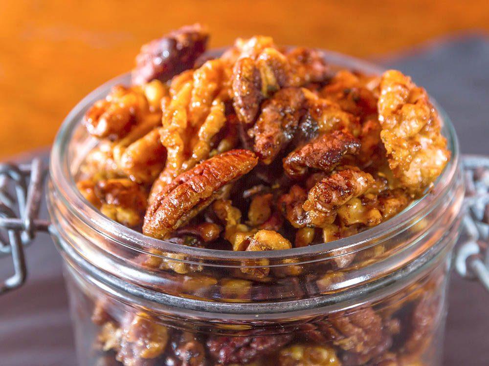 Incorporer des noix dans vos granolas pour des collations santé.