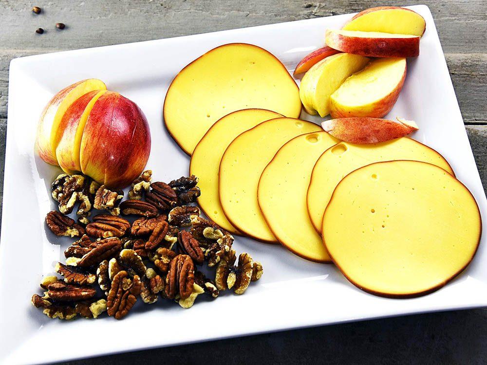 Collations santé: tranches de pommes et de gouda.