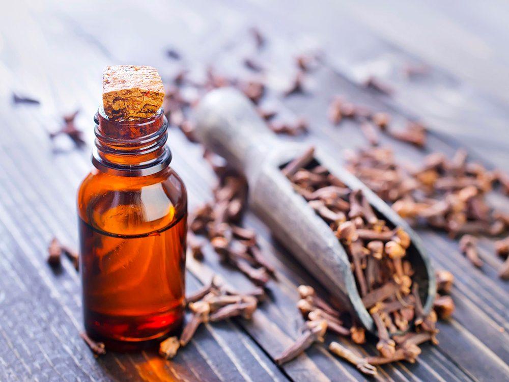 Remède contre le mal de dents: l'huile essentielle de girofle.