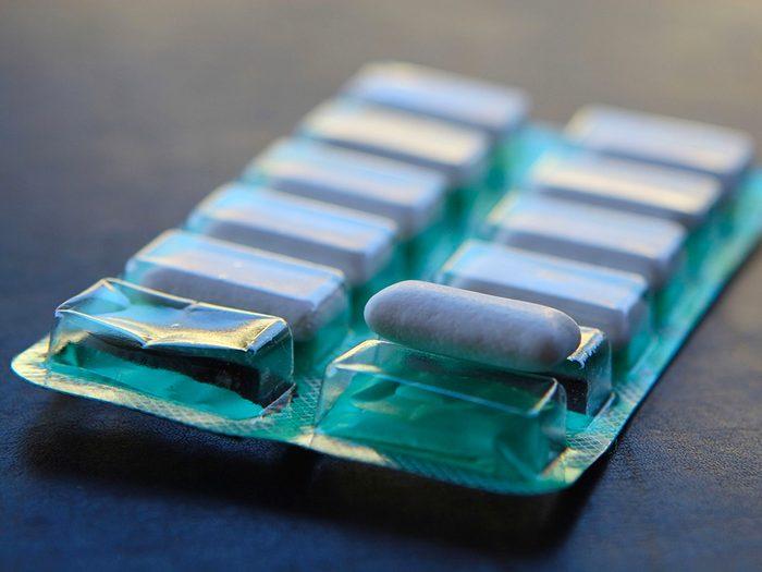 Remède contre le mal de dents: la gomme à mâcher.