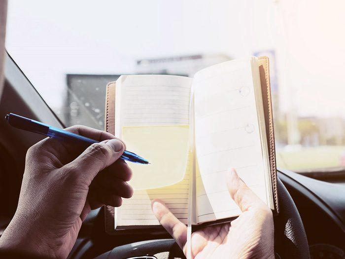Le bloc-notes et le crayon font partie des objets très utiles à garder dans sa voiture.