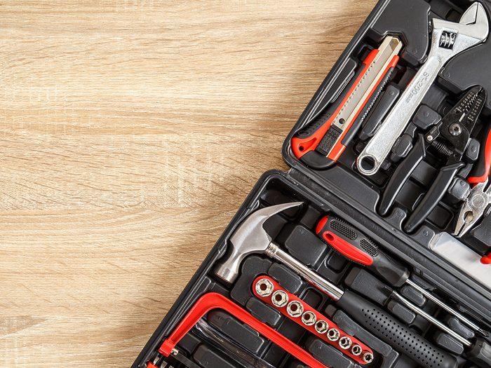 Le kit d'outils fait partie des objets très utiles à garder dans sa voiture.