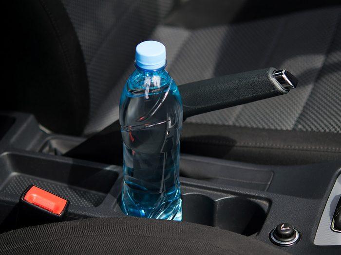La bouteille d'eau fait partie des objets très utiles à garder dans sa voiture.