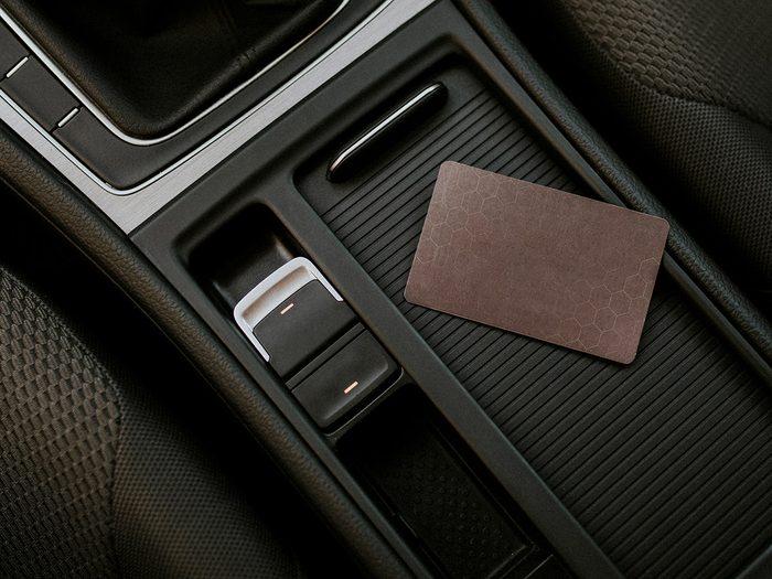 Les bons de réduction et les cartes-cadeaux font partie des objets très utiles à garder dans sa voiture.