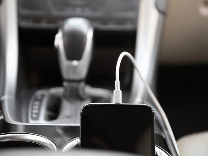 Le chargeur de téléphone fait partie des objets très utiles à garder dans sa voiture.