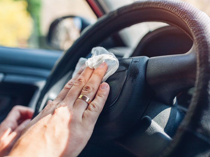Les lingettes font partie des objets très utiles à garder dans sa voiture.