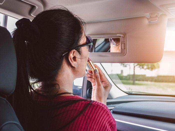 Un kit beauté fait partie des objets très utiles à garder dans sa voiture.