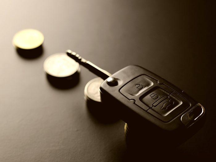 La petite monnaie fait partie des objets très utiles à garder dans sa voiture.